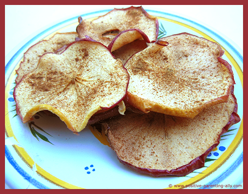 Easy healthy snack recipes for kids: delicious apple chips with cinnamon. No sugar.