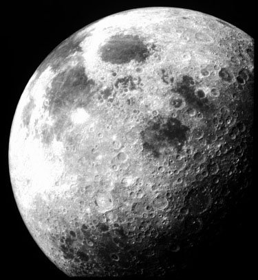 Photo of the moon. Making fun astronomy projects for kids.